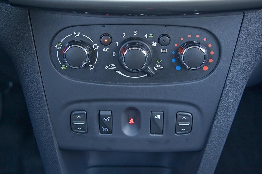 Dacia Sandero centre console