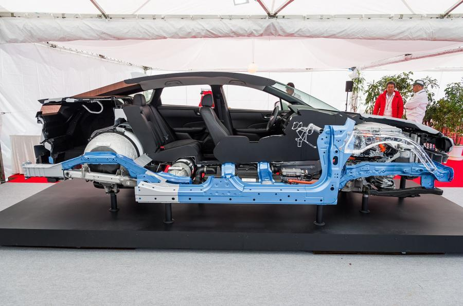 Honda FCV Clairty construction