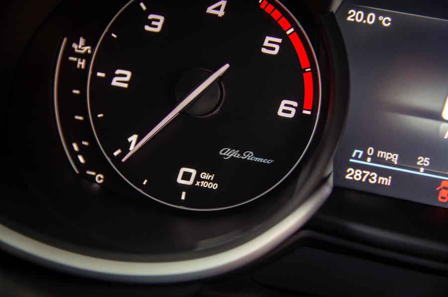 Alfa Romeo Stelvio Sprint 2020 : premier bilan de la conduite au Royaume-Uni - instruments