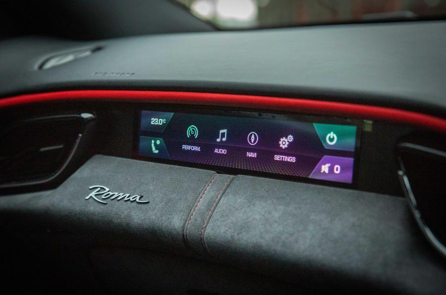 Ferrari Roma 2021 : premier examen de conduite au Royaume-Uni - affichage des passagers