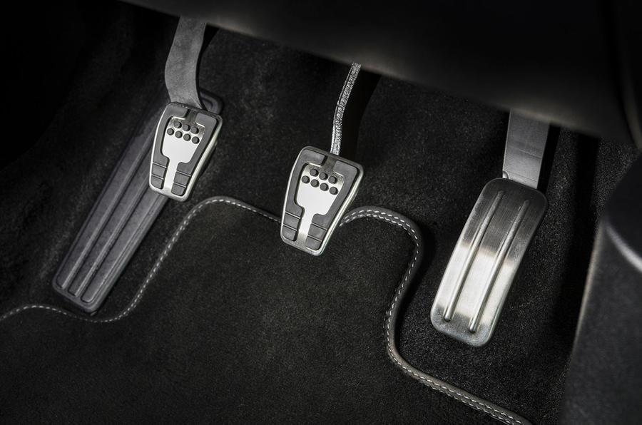 Ford Fiesta EcoBoost mHEV 2020 : premier bilan de la conduite au Royaume-Uni - pédales