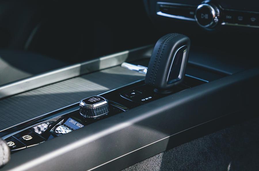 10 Volvo V60 B3 Momentum 2021 : premier essai au Royaume-Uni - console centrale