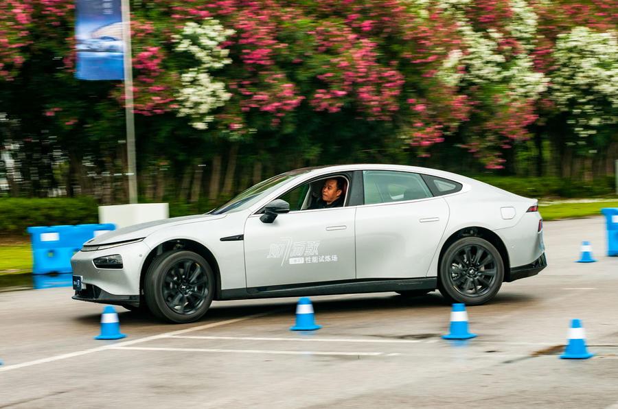 10 Xpeng P7 super long range Premium 2021 : les obstacles à l'examen