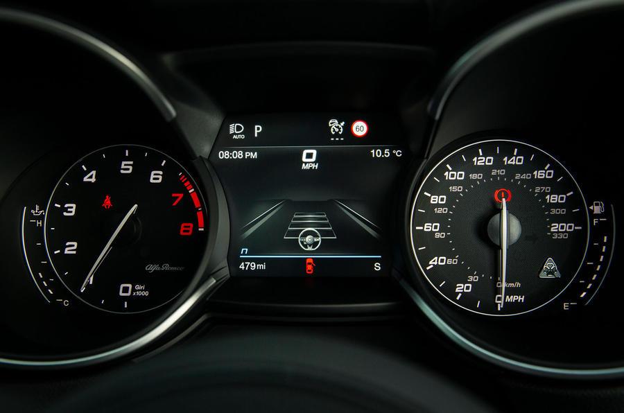 Alfa Romeo Stelvio Quadrifoglio 2020 : premier bilan de la conduite au Royaume-Uni - instruments