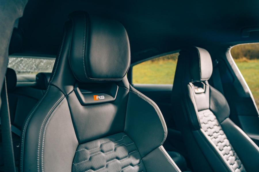 11 Audi RS E tron GT 2021 LHD premier examen de conduite sièges avant