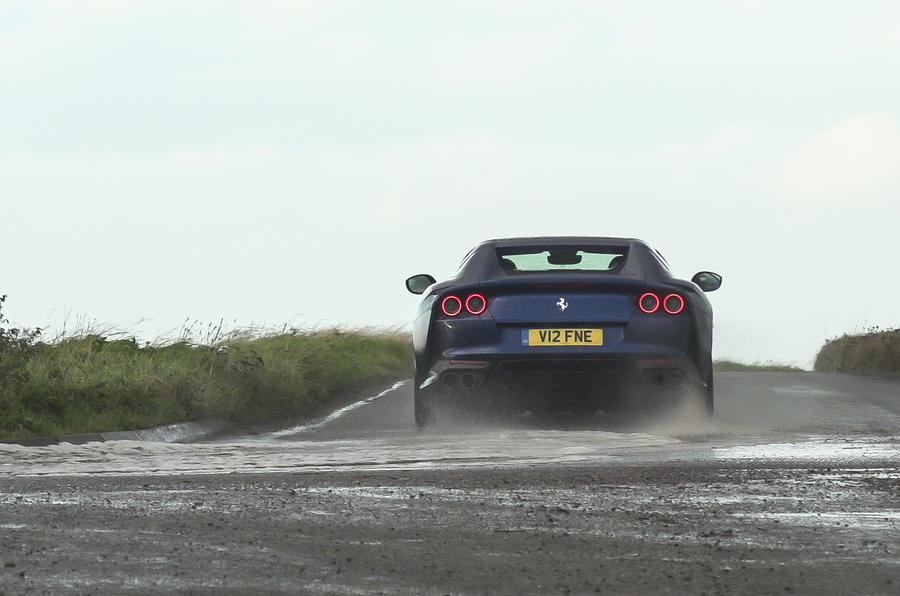 Ferrari 812 GTS 2020 : premier bilan de conduite au Royaume-Uni - l'arrière en virage