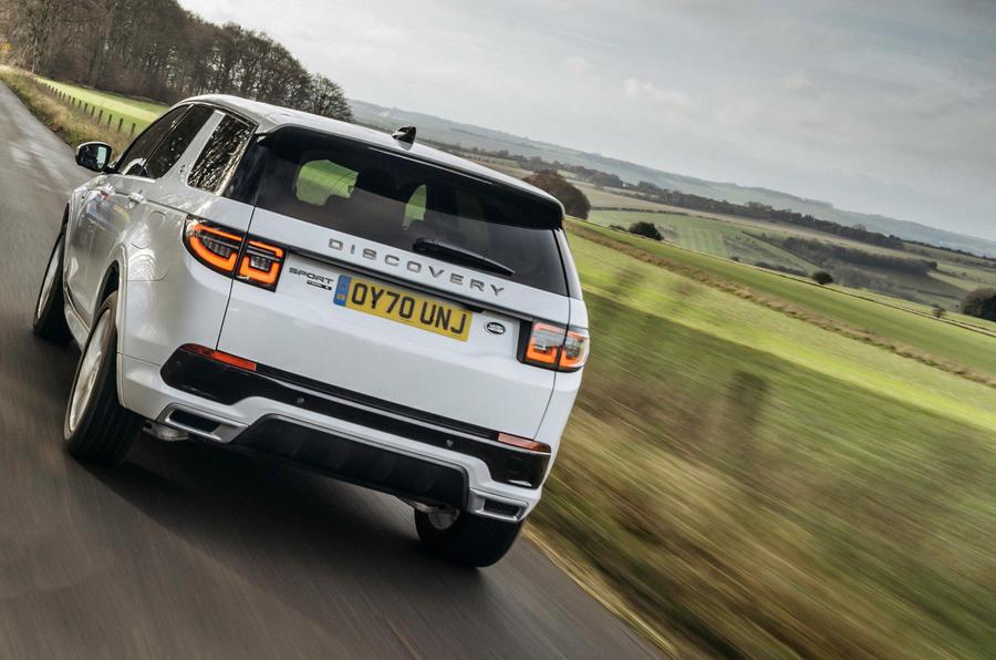 11 Land Rover Discovery P300e 2021 UE FD sur route arrière