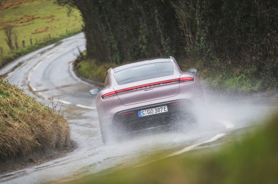 11 Porsche Taycan RWD 2021 : premier examen de conduite sur l'arrière de la route au Royaume-Uni