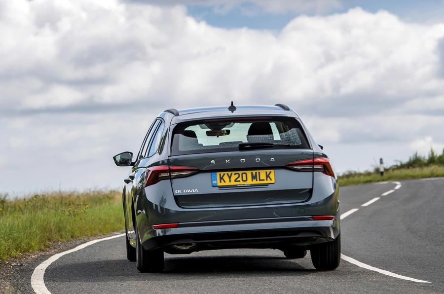 11 Skoda Octavia E Tec hybride 2021 : le premier examen de conduite au Royaume-Uni passe en revue l'arrière