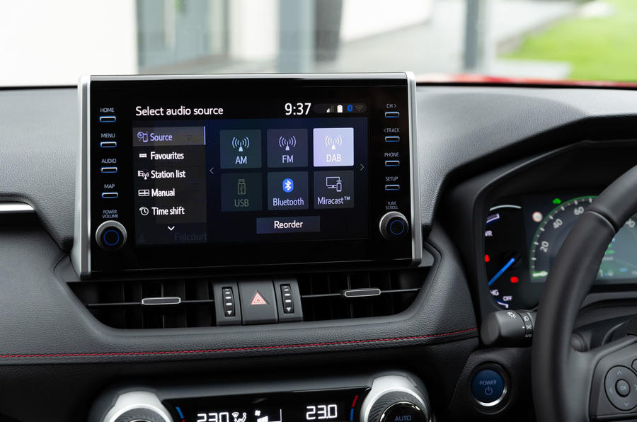 11 Toyota RAV4 PHEV 2021 : premier examen de conduite au Royaume-Uni infotainment