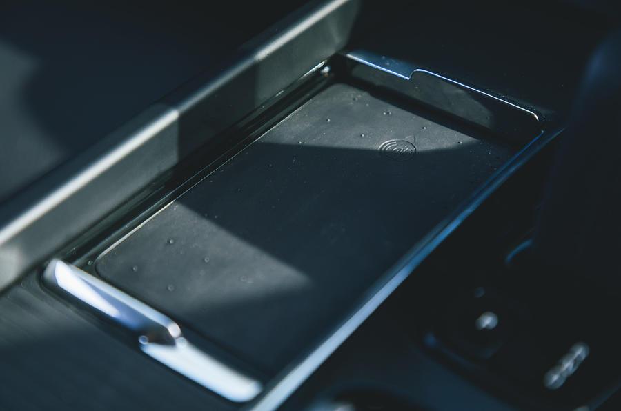 11 Volvo V60 B3 Momentum 2021 : essai en première monte au Royaume-Uni, chargement sans fil du téléphone.