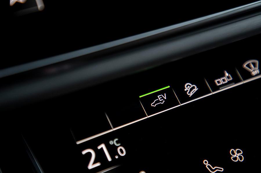 Audi Q7 TFSI e 2019 first drive review - EV drive mode