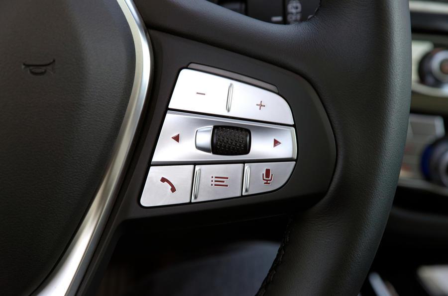 BMW iX3 2020 : premier bilan de conduite - boutons au volant