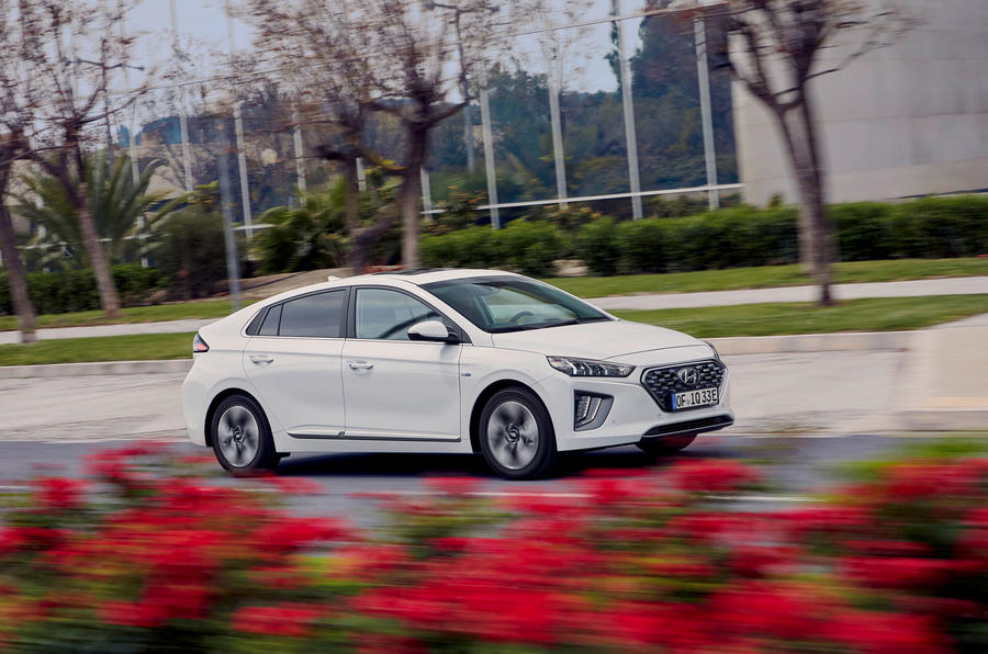 Hyundai Ioniq plug-in hybrid 2019 first drive review - on the road side