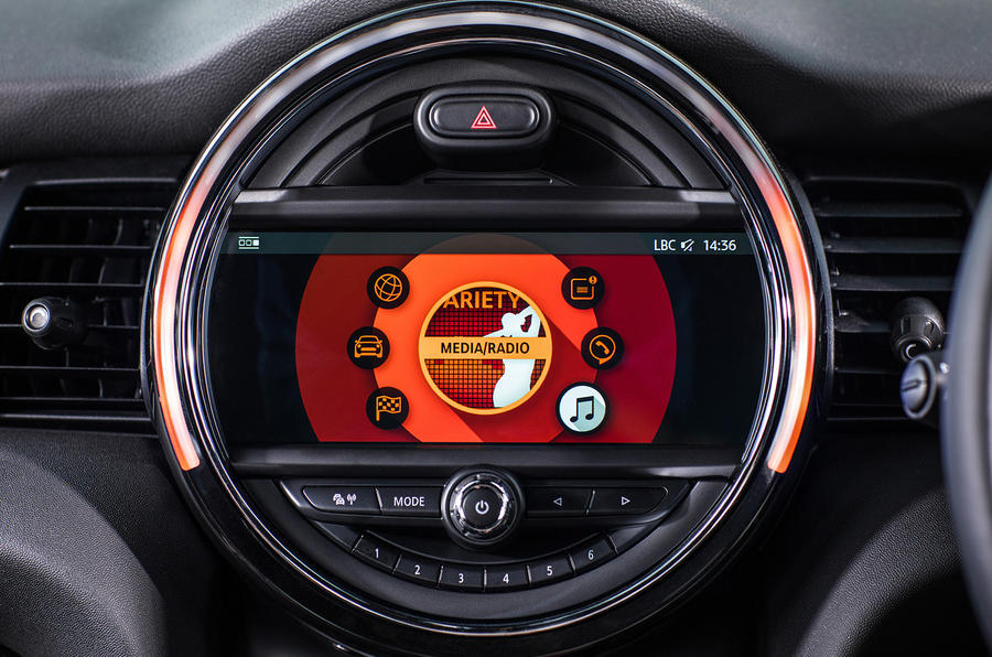 Mini Cooper 5dr 2018 UK review radio