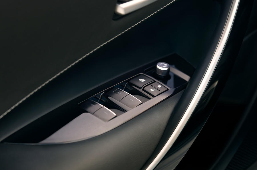 Toyota Corolla 2.0 XSE CVT 2019 review - electric windows