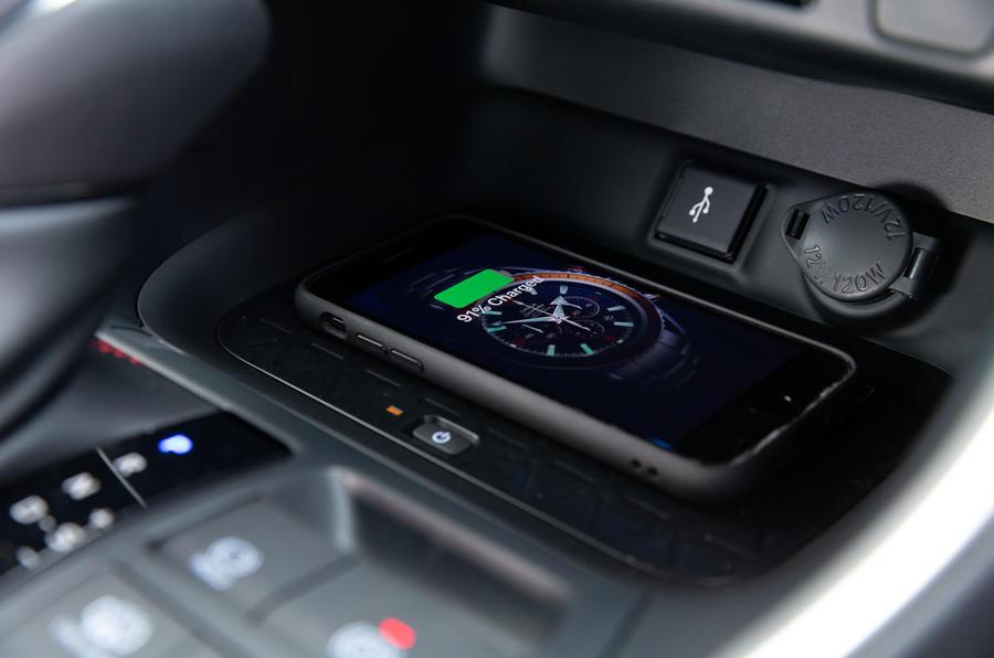 12 Toyota RAV4 PHEV 2021 : le premier essai de recharge sans fil au Royaume-Uni