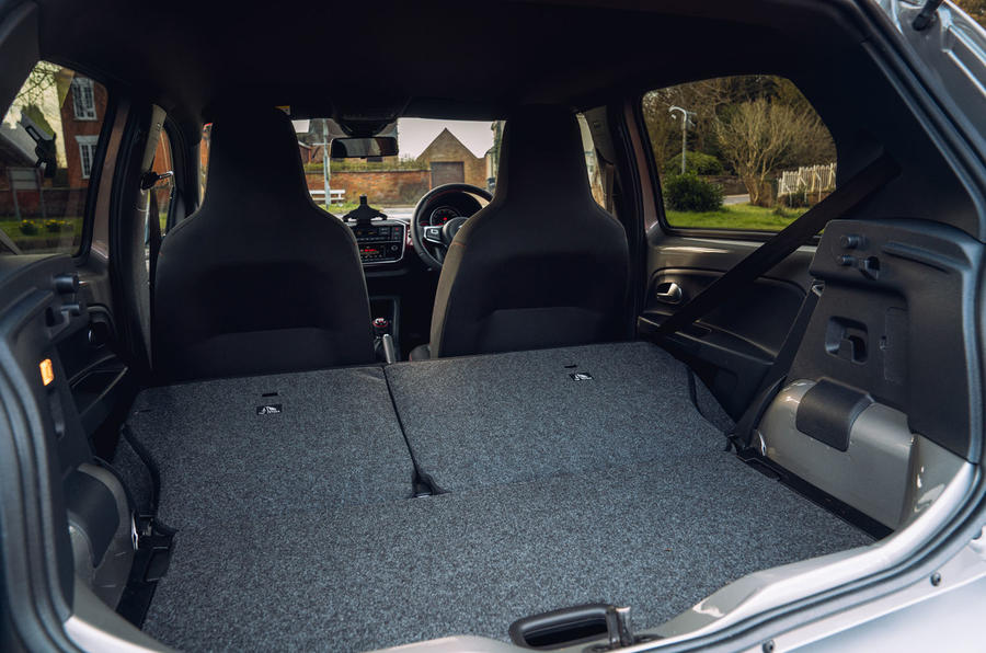 Volkswagen Up GTI 2020 : premier bilan de conduite au Royaume-Uni - sièges de coffre repliés