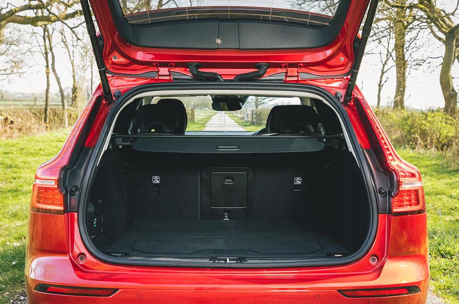 12 Volvo V60 B3 Momentum 2021 : essai routier au Royaume-Uni - coffre à bagages