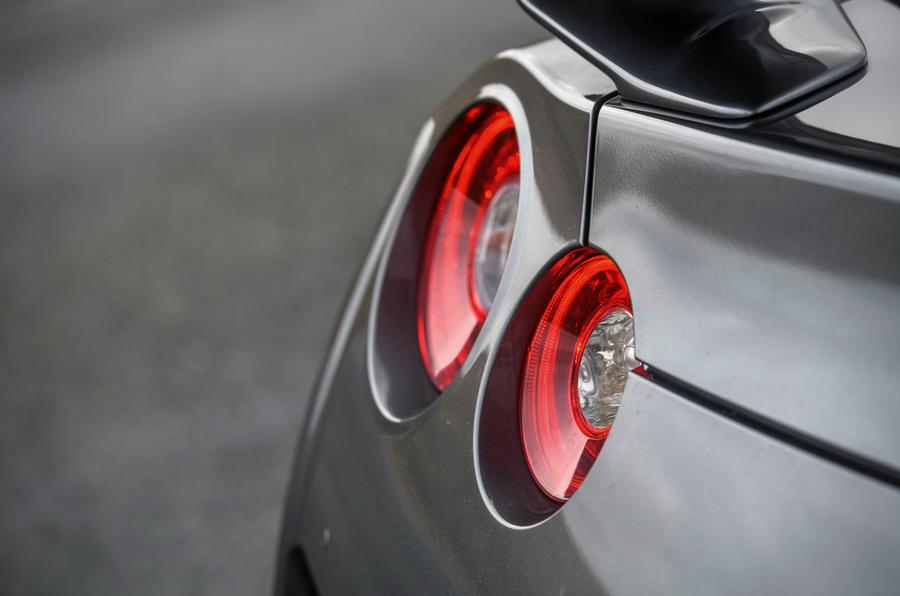 Nissan GT-R 2017 - headlights