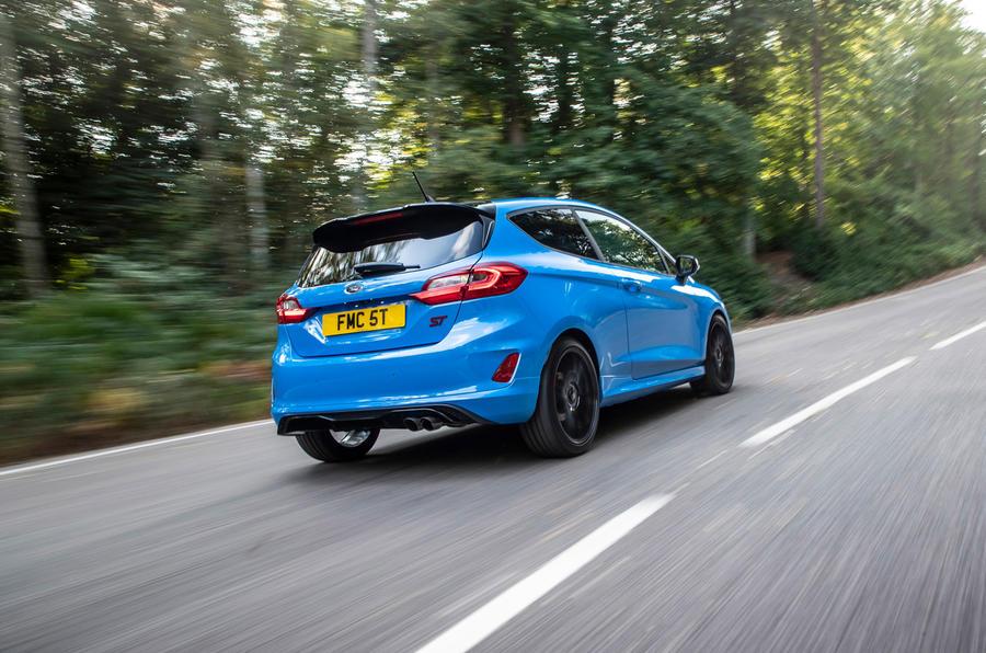 Ford Fiesta ST Edition 2020 : premier bilan de conduite au Royaume-Uni - l'arrière en virage