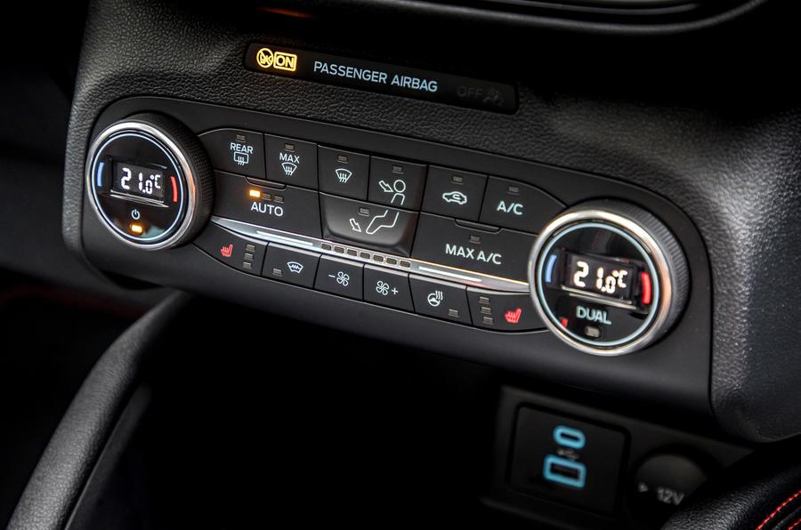 13 Ford Kuga FHEV 2021 UE FD commandes de climatisation