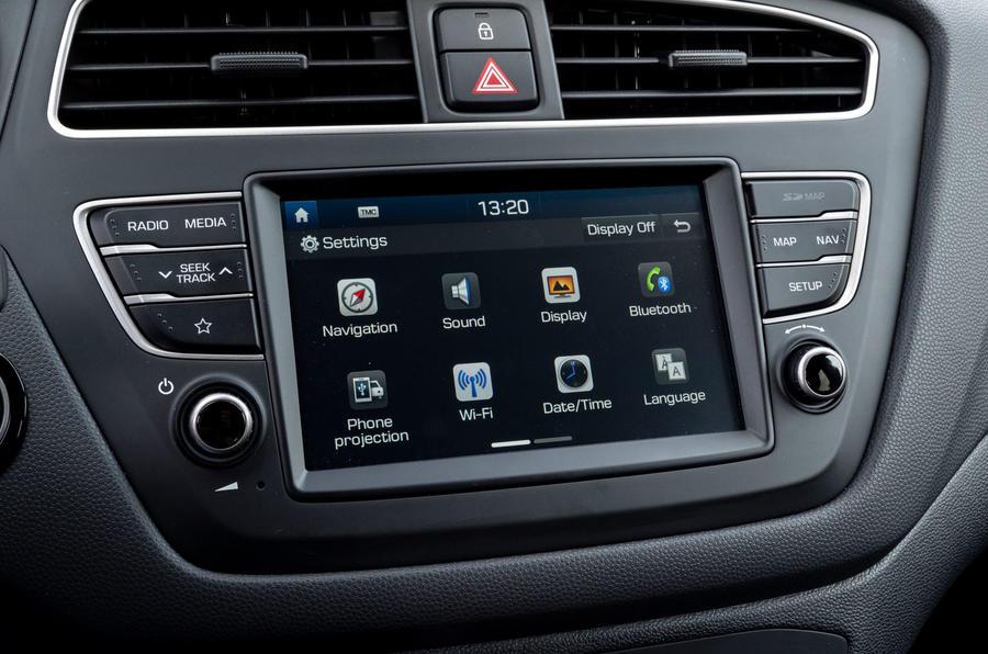Hyundai i20 2018 review infotainment