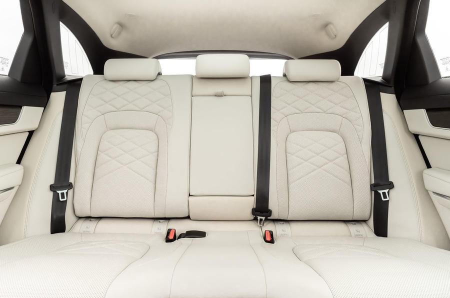 13 Jaguar F Pace P400e 2021 uk : essai de conduite - sièges arrière