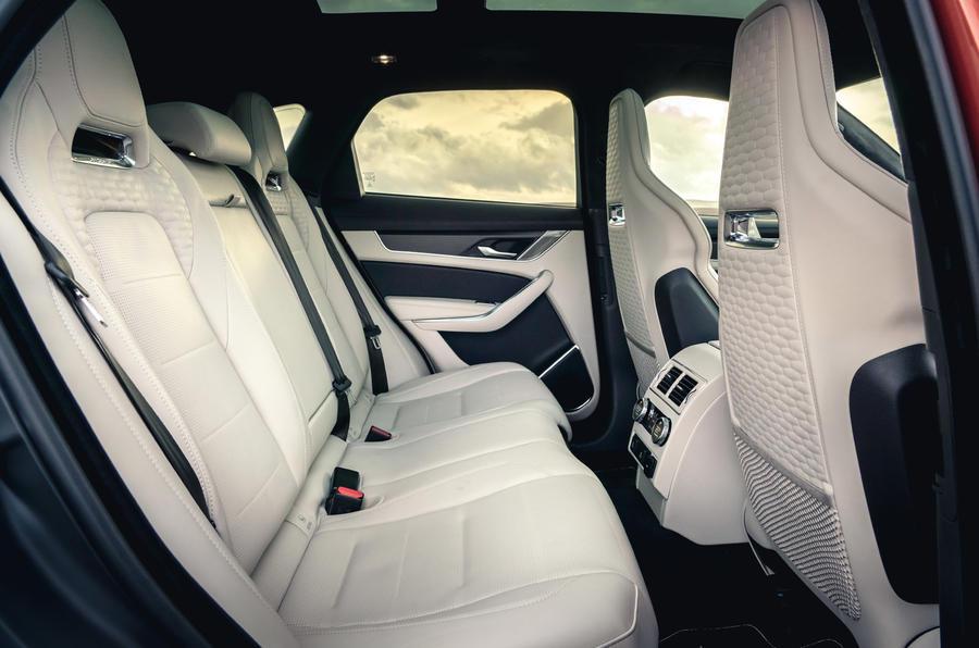 13 Jaguar F Pace SVR 2021 : le premier test de conduite au Royaume-Uni examine les sièges arrière