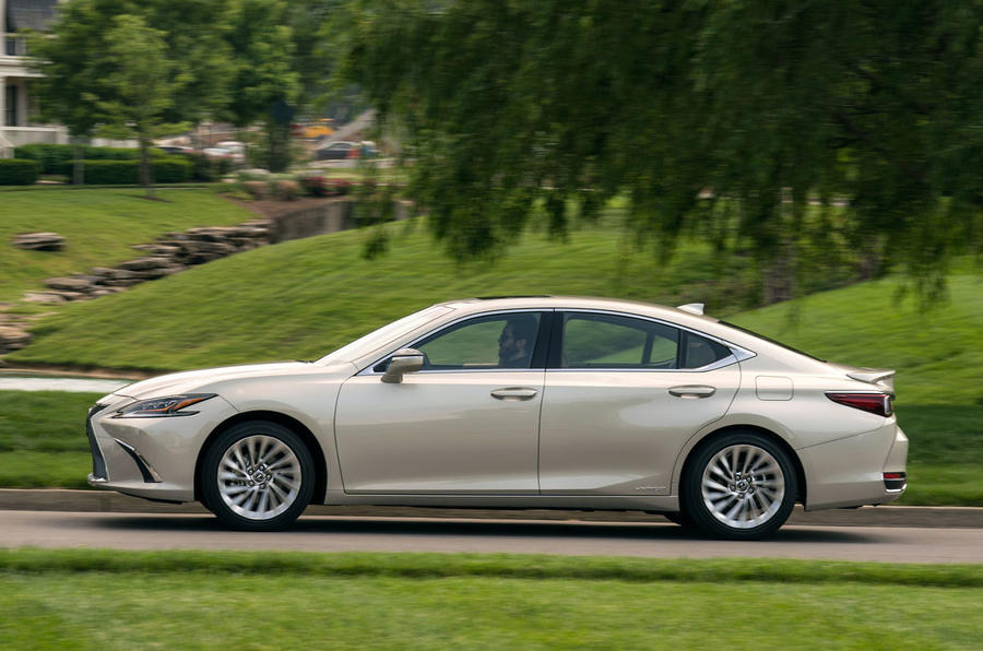Lexus ES 300h 2018 review on the road side
