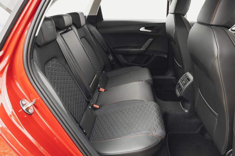 13 chỗ ngồi Leon Estate FR 2021 Đánh giá lái xe đầu tiên của Vương quốc Anh hàng ghế sau