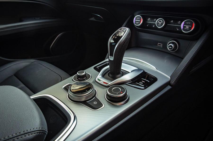 Alfa Romeo Stelvio Sprint 2020 : premier bilan de conduite au Royaume-Uni - console centrale