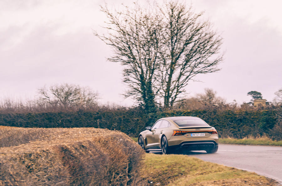 14 Audi RS E tron GT 2021 LHD : premier examen de conduite sur l'arrière de la route