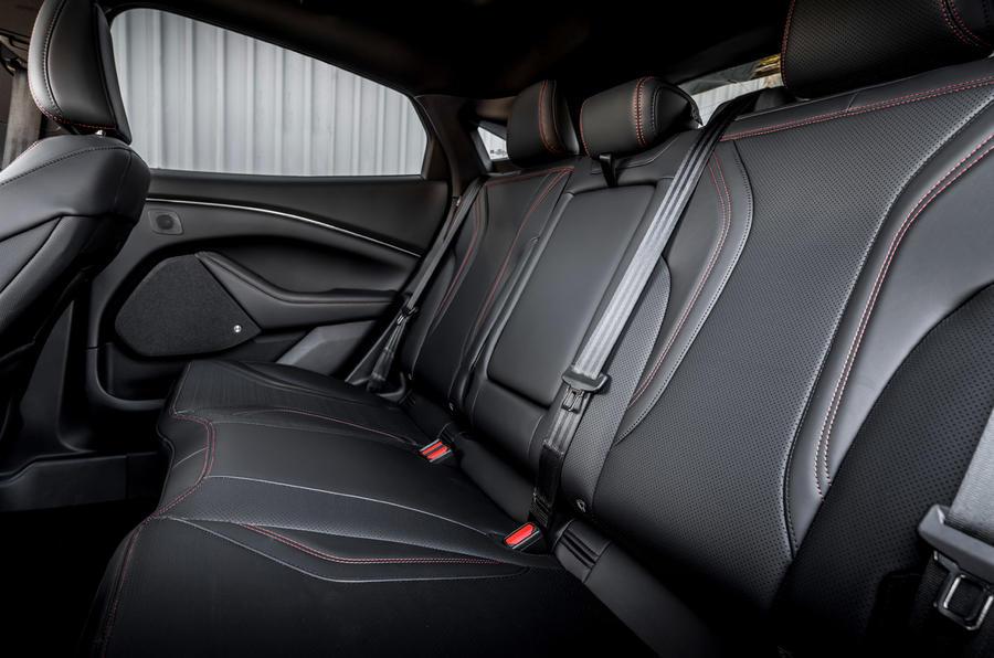 14 Ford Mustang Mach E 2021 : essai de conduite au Royaume-Uni - sièges arrière