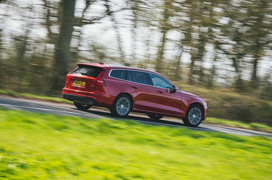 14 Volvo V60 B3 Momentum 2021 UE : premier essai sur route arrière