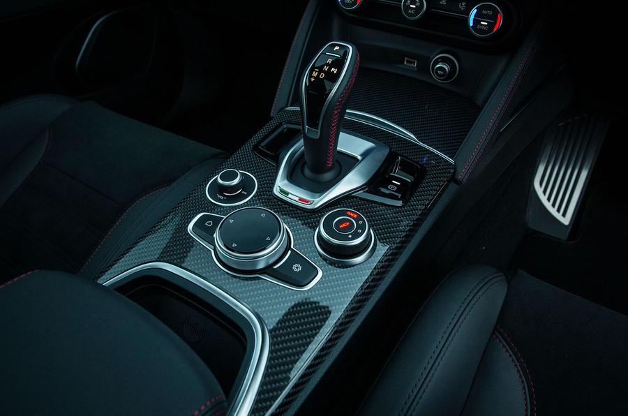Alfa Romeo Stelvio Quadrifoglio 2020 : premier bilan de la conduite au Royaume-Uni - console centrale