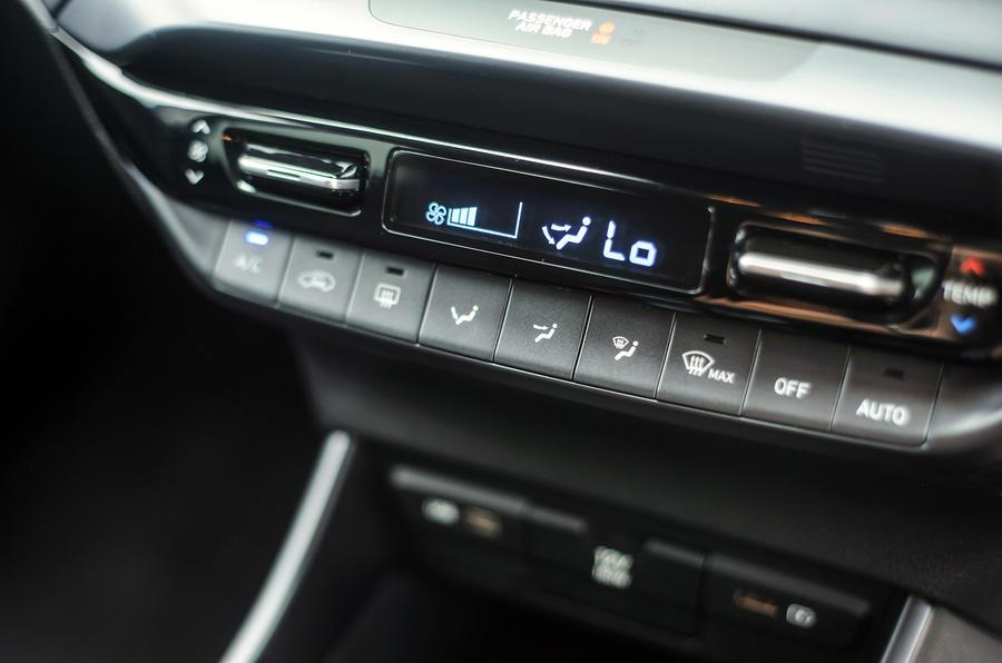 15 Hyundai Bayon 2021 UE FD commandes de climatisation
