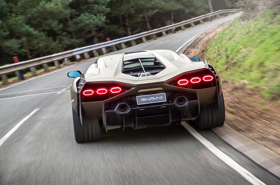 15 Lamborghini Sian 2021 : premier examen de conduite sur l'arrière de la voiture au Royaume-Uni