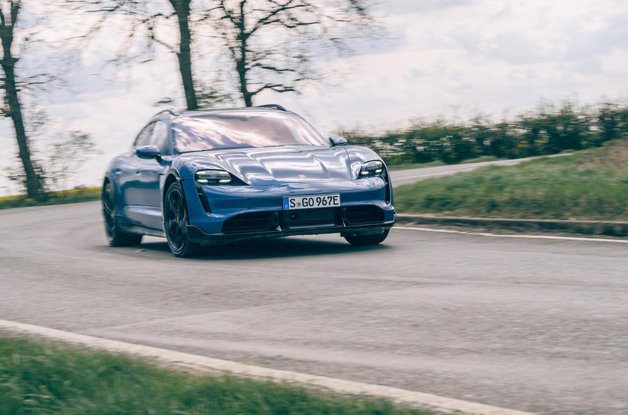 15 Porsche Taycan Cross Turismo 2021 Avant de virage à gauche