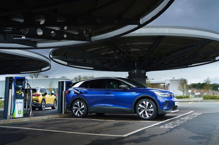 15 Volkswagen ID 4 2021 : essai routier au Royaume-Uni, chargement.