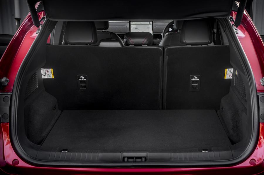 16 Ford Mustang Mach E 2021 : premier essai au Royaume-Uni, test du coffre.