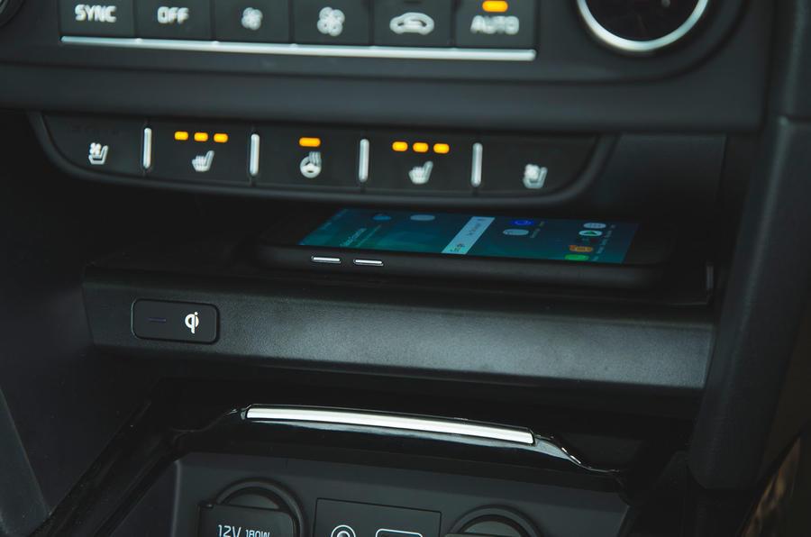 Kia Ceed 2018 đánh giá dài hạn - sạc điện thoại không dây