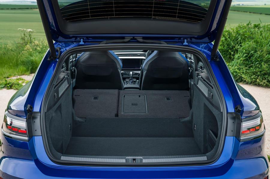 16 VW arteon R Shooting Brake 2021 UE FD coffre arrière