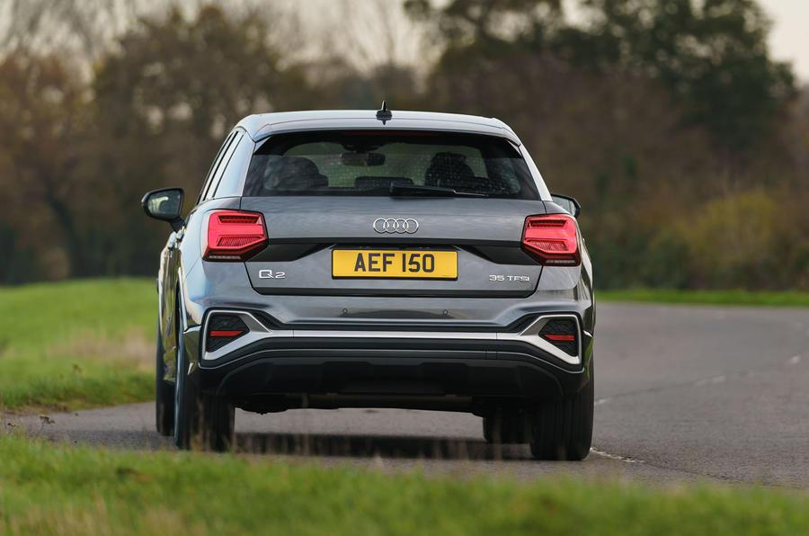 Audi Q2 35 TFSI Sport 2020 : premier bilan de conduite au Royaume-Uni - l'arrière en virage