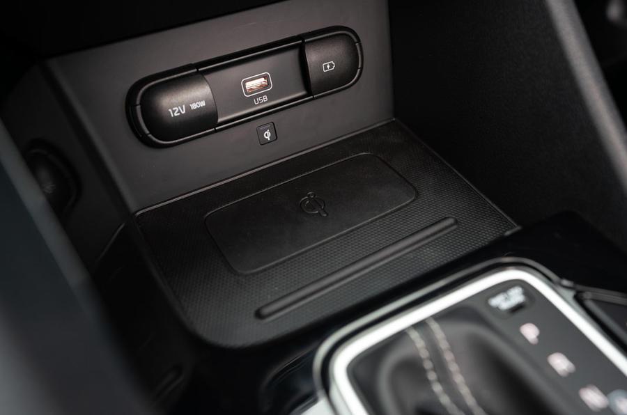 Kia Niro PHEV 2020 UK first drive review - wireless charging
