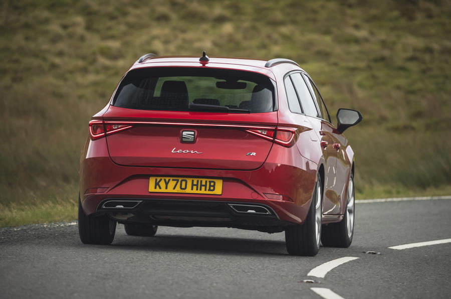 17 chỗ Leon Estate FR 2021 Đánh giá lái xe đầu tiên của Vương quốc Anh khi vào cua phía sau