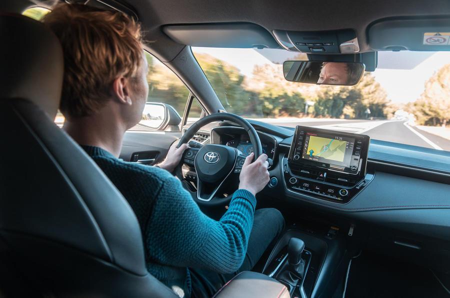 Đánh giá xe Toyota Corolla hybrid hatchback 2019 - Lái xe Ricky Lane