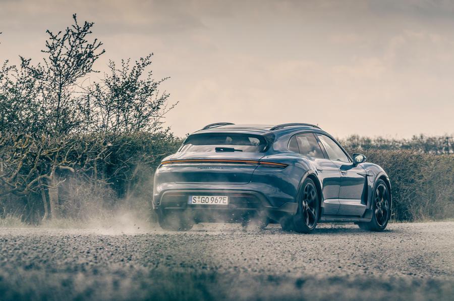 18 Porsche Taycan Cross Turismo 2021 LHD poussière