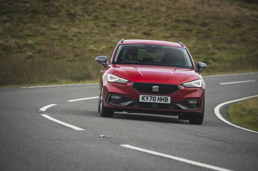 18 chỗ Leon Estate FR 2021 Đánh giá lái xe đầu tiên của Vương quốc Anh khi vào cua phía trước