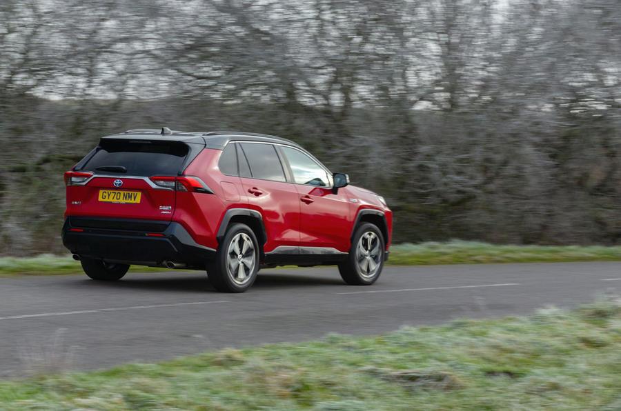 18 Toyota RAV4 PHEV 2021 : premier examen de conduite sur l'arrière des véhicules au Royaume-Uni